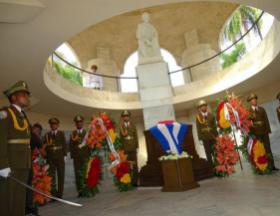 Blumengebinde von Raul, Diaz-Canel, Esteban Lazo und dem kubanischen Volk ehrten José Martí, Urheber des Notwendigen Krieges. Photo: Eduardo Palomares