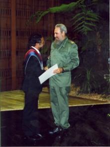 Fidel Castro recibe Título de Doctor Honoris Causa de la Universidad Técnica de Oruro