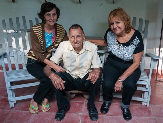 Jacinto Peñate Hidalgo con sus hijas Mirta (a la izquierda) y María Luz.  Foto  Calixto N. Llanes. 5626dc43751