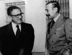 L'ex segretario di Stato degli Stati Uniti Henry Kissinger e il dittatore argentino Jorge Rafael Videla, responsabili della morte di migliaia di persone. Photo: El Diario