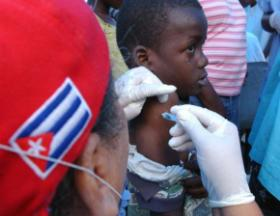 Avant l'apparition de la COVID-19, plus de 28 000 médecins cubains dispensaient des soins dans 59 pays. Vingt-six autres brigades se sont ensuite jointes aux efforts de lutte contre la pandémie. Photo: Juvenal Balán