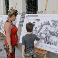 En el portal de la Biblioteca Provincial Martí, el pueblo aprecias las instantáneas que captaron momentos de la vida del Comandante en Jefe Fidel Castro Ruz. (Foto: Ramón Barreras Valdés)