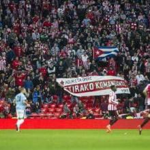 Una tela y una bandera en Homenaje a Fidel en el juego Athletic de Bilbao contra Eibar en San Mames, Pais Vasco