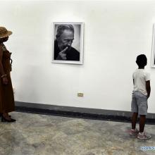 """Personas visitan la exposición fotográfica """"El rostro de la historia"""" en homenaje al fallecido ex presidente cubano, Fidel Castro, en La Habana."""