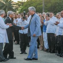 Díaz-Canel gratulierte José Miyar Barruecos zu seinem Honoris Causa-Titel. Photo: Jose M. Correa