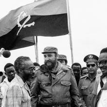 Visita las poblaciones de Quifangondo y Caxito, en compañía del presidente angolano Agosthino Neto.