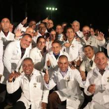 Colaboradores cubanos de la Brigada Henry Reeve que participaron en el combate contra el virus del Ébola en África Occidental fueron condecorados con la medalla conmemorativa 60 Aniversario de las FAR. Foto: Yaimí Ravelo