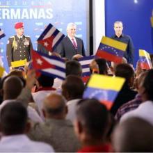 El presidente de Cuba, Miguel Díaz-Canel Bermúdez, se reúne con colaboradores cubanos, durante su visita al Centro Diagnóstico Integral (CDI) María Eugenia González en Caracas. FOTO/Tomada del Twitter de la cancillería venezolana