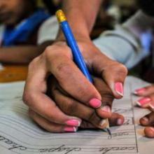 Estudiantes cubanos práctican la caligrafía
