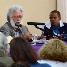 El Dr. en Ciencias Luis Toledo Sandé , durante una conferencia magistral, en la Edición XLII del Seminario Nacional Juvenil de Estudios Martianos, junto Yusuam Palacios Ortega , Presidente del Movimiento Juvenil, en el Centro de Convenciones Santa Cecilia.