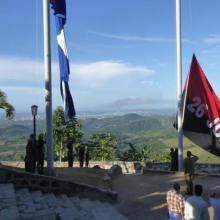 Em diferentes lugares na cidade podem-se ver as duas bandeiras de grande tamanho. Photo: Eduardo Palomares