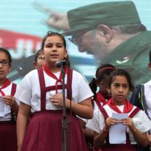 Niños cubanos rinden homenaje a Fidel Castro