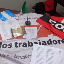 Algunos de los objetos que nacionales y extranjeros dejan en el camposanto de Santiago de Cuba como tributo personal a Fidel