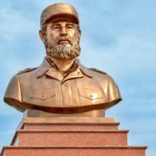 El inédito busto en bronce de Fidel, montado sobre un pedestal de mármol en Quang Tri, Vietnam. Foto: Marta Llanes/ PL.