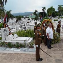 Una ofrenda especial a nombre del General de Ejército Raúl Castro Ruz, depositaron ante la tumba de Frank las máximas autoridades de la provincia. Foto: Eduardo Palomares