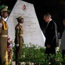 Fue depositada una ofrenda floral ante la roca que atesora las cenizas de Fidel y flores blancas ante el Mausoleo al Apóstol