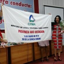 La ministra del CITMA Elba Rosa Pérez, entregó a Villa Clara el galardón que la ubica como puntera en el desarrollo científico. Foto: Freddy Pérez Cabrera