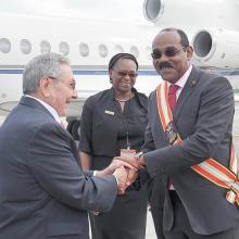A su llegada al aeropuerto, Raúl fue recibido por el Primer Ministro de Antigua y Barbuda, Gaston Browne; en la foto también aparece la directora de Protocolo, Karen Cabrall. Foto: Estudios Revolución