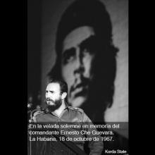 En la velada solemne dedicada a la memoria del Comandante Ernesto Che Guevara. Foto: Alberto Korda