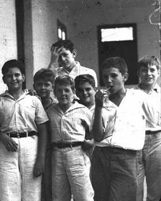 Junto a compañeros de la infancia -segundo por la derecha-, en el Curso 1939-1940 Colegio Dolores en Santiago de Cuba, en 1940. Foto: Oficina de Asuntos Históricos del Consejo de Estado.