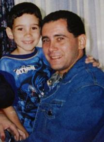 Una de las primeras imágenes de Juan Miguel y Elián, en abril de 2000, cuando el niño fue sacado de la casa donde permanecía secuestrado y le fue entregado a su padre. Foto: Archivo