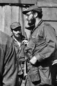 El Comandante en Jefe Fidel Castro Ruz junto a Delio Gómez Ochoa (de frente, a la izquierda), durante la campaña en la Sierra Maestra. Foto: Cortesía del entrevistado