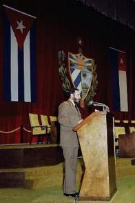 Pronuncia discurso en la sesión solemne de la constitución de la Asamblea Nacional del Poder Popular en el Teatro Karl Marx. Tomado de Sitio Fidel Soldado de las Ideas. Fecha: 2 de diciembre de 1976