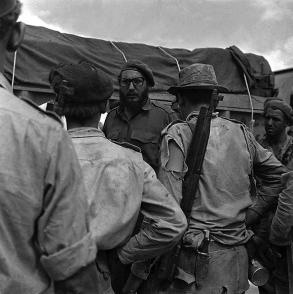 El líder Fidel Castro dialoga con los milicianos durante la invasión a Playa Girón, 17 de abril de 1961