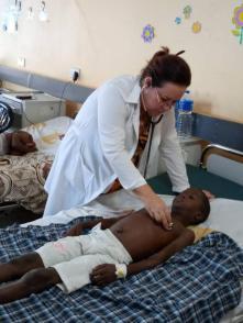 Doctora Ángela Caridad Otero Mustelier en la consulta pediátrica en Gambia. Foto: Cortesía de la entrevistada