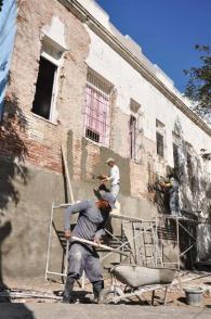 Constructores trabajan en la reparación de un hogar municipal de ancianos
