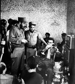 Fidel dándole instrucciones al radista en el aeropuerto de Trinidad en plena conspiracion Trujillista. Foto: Archivo