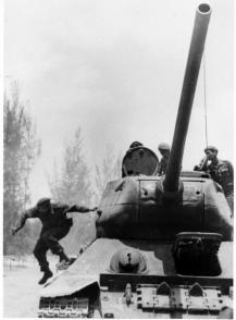 Fidel steigt bei der Invasion von Playa Giron im April 1961 von einem T-34-Panzer ab. Foto: Tirso Martínez