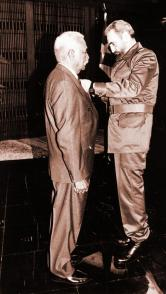 El Comandante en Jefe impuso a Almeida el título de Héroe de la República de Cuba. Foto: Estudios Revolución