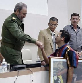 De manos del Comandante en Jefe Fidel Castro Ruz y en nombre del colectivo del periódico espirituano Escambray, Enrique Ojito Linares recibe el Gran Premio Acumulativo del II Festival Nacional de la Prensa Escrita en el 2000. Foto: Cortesía del entrevistado.