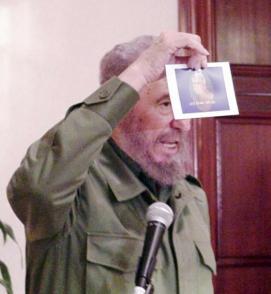 El Comandante en Jefe Fidel Castro Ruz denuncia, ante la opinión pública, el intento de atentado planificado por Luis Posada Carriles y sus secuaces en el Paraninfo de la Universidad de Panamá. Foto: Periódico Granma