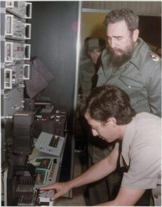 Se le explica al Comandante en Jefe Fidel Castro en que consistía la tecnología SUMA y sus posibilidades