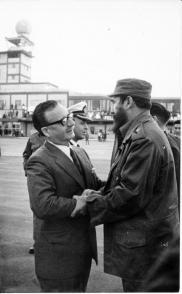 El Comandante en Jefe Fidel Castro, despide a Salvador Allende, presidente de Chile, al concluir su visita oficial a Cuba. Foto: Jorge Oller