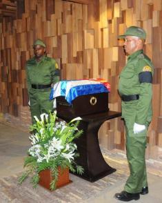 En el mismo lugar donde Villa Clara custodia los restos mortales del Che descansa Fidel en la primera parada de su travesía. foto:Juvenal Balán