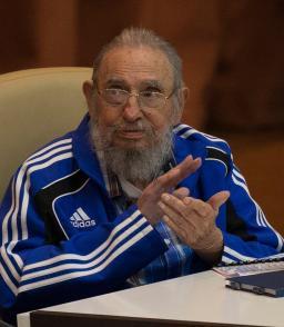 Fidel Castro aplaude en la clausura del VII Congreso del PCC