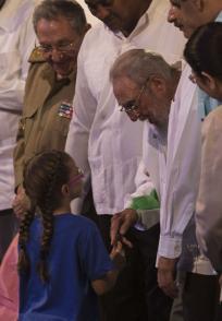Fidel Castro junto a niños en la gala cultural por el cumpleaños 90 de Fidel Castro