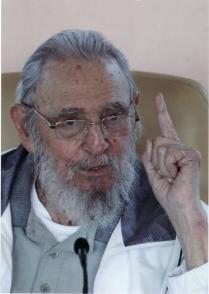 Fidel Castro le habla a los integrantes de la escuela Vilma Espín