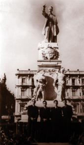 Fidel Castro Ruz en el monumento José Martí del Parque Central,1943