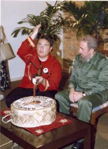 Fidel Castro Ruz junto a Daniel Daniel Yang, dirigente juvenil del Movimiento Indio Americano