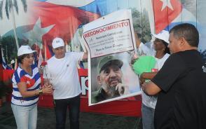 Los máximos dirigentes del Partido y el gobierno en Camajuaní recibieron el reconocimiento como municipio ganador de la conmemoración por el aniversario 58 del Triunfo de la Revolución (Foto: Ramón Barreras Valdés)