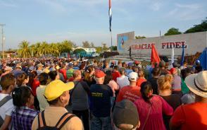 A dos años de desaparición física del líder de la Revolución Cuba, los villaclareños homenajearon a Fidel en la valla dedicada a su memoria en Santa Clara. (Foto: Ramón Barreras Valdés)