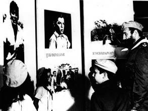 """Fidel junto a pioneros destacados en la inauguración del Campamento de Pioneros """"José Martí"""" en Tarará, el 20 de julio de 1975."""
