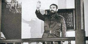 El líder de la Revolución en el histórico Ayuntamiento de Santiago de Cuba, en su balcón, en 1984. Foto: Bohemia
