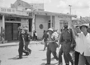 Fidel Castro visita la ciudad de Dong Ha devastada por la guerra, que luego sería reconstruida. Foto: VNA.