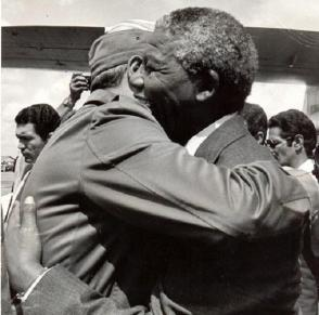 Fidel Castro recibe al líder sudafricano Nelson Mandela en el Aeropuerto Internacional José Martí, en ocasión de su primera visita a Cuba tras su liberación de las cárceles del régimen racista sudafricano del Apartheid, 25 de julio de 1991. Foto: Pedro Beruvides