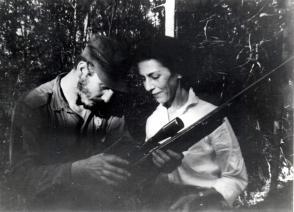 Junto a Celia Sánchez durante la primera reunión de la Dirección Nacional del Movimiento 26 de Julio en la Finca de Epifanio Díaz campesino colaborador del Ejército Rebelde, 17 de febrero de 1957. Foto: Sitio Fidel Soldado de las Ideas/ Oficina de Asuntos Históricos del Consejo de Estado.